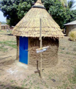Assainissement Piloté par la Communauté (ATPC) : Latrine moderne réalisée équipée du dispositif de lave mains.